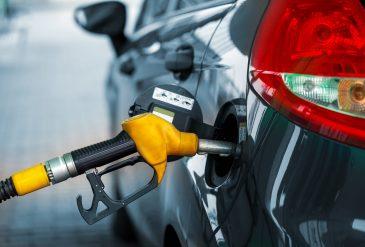 llenando de gasolina